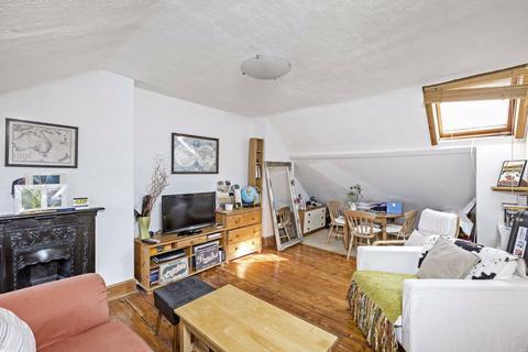 2 bedroom flat - Pendle Road, Furzedown, London