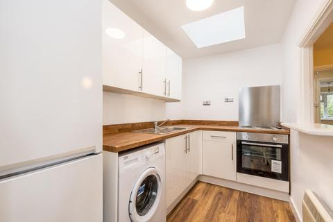 2 bedroom flat - Moyser Road