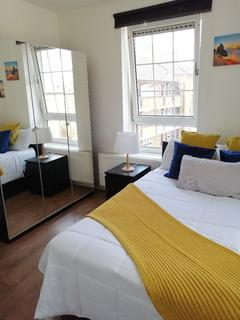 5 bedroom house share - Large En-suite Room to Rent in Shared Flat in Willis House, Hale Street, Blackwall E14