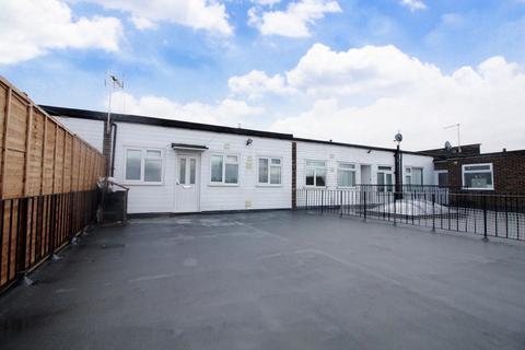 2 bedroom flat - Shenley Road, Borehamwood, WD6
