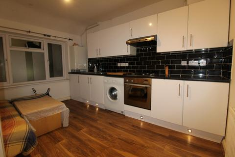 2 bedroom flat to rent - Benhurst Avenue, Hornchurch, Essex, RM12