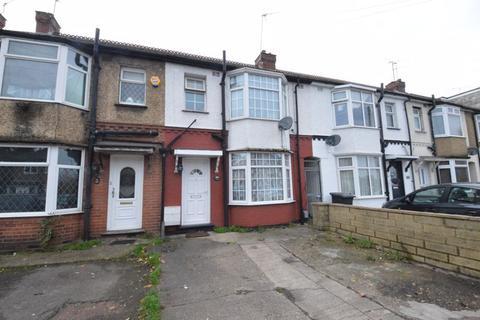 3 bedroom terraced house - Neville Road, Luton