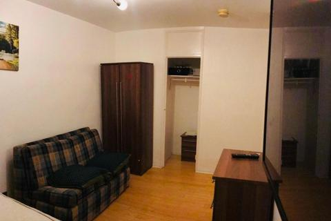 4 bedroom house share to rent - Double Room to Rent in Shared Flat in Ibsley Gardens, Putney Heath SW15.