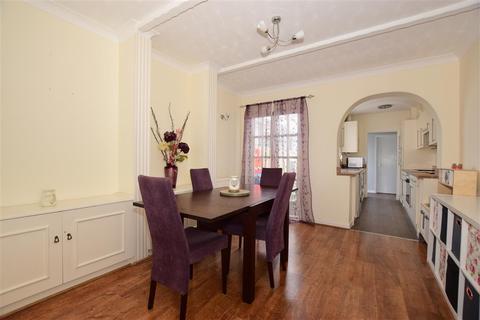 3 bedroom terraced house - Thomas Road, Sittingbourne, Kent