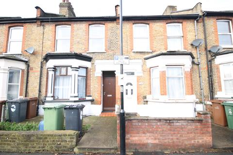 2 bedroom flat - Claude Road, Leyton
