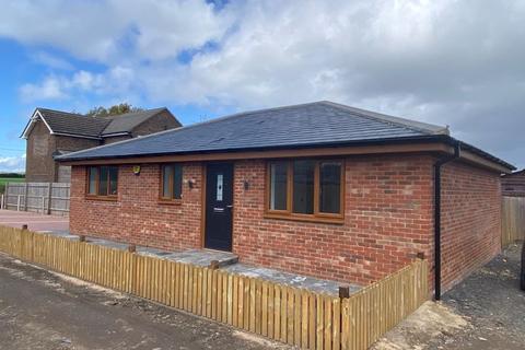 3 bedroom bungalow for sale - Caddington Village Outskirts