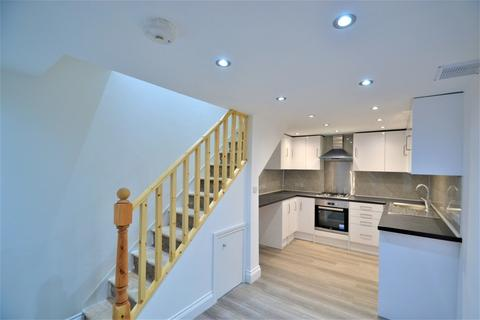 2 bedroom semi-detached house to rent - The Mall, London