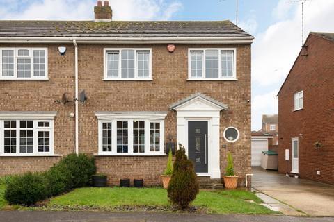 3 bedroom semi-detached house - Weatherly Drive, Broadstairs