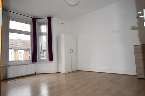 4 bedroom flat to rent - Leyton Park Road, London, Greater London. E10