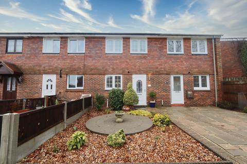 3 bedroom terraced house for sale - Sevenoaks Close, Romford, Rm3