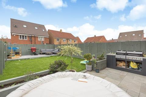 3 bedroom end of terrace house for sale - Berryfields,  Aylesbury,  HP18