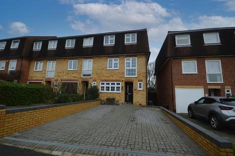 4 bedroom townhouse - Isbell Gardens, Romford, Essex, RM1