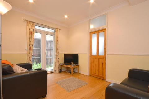 2 bedroom flat - Mellison Road, Tooting