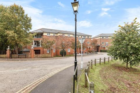 3 bedroom flat to rent - Chaucer Close, Windsor