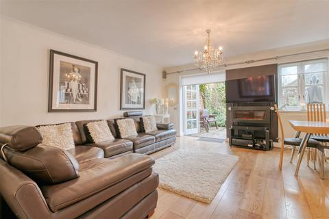 3 bedroom house for sale - Treves Close, Winchmore Hill