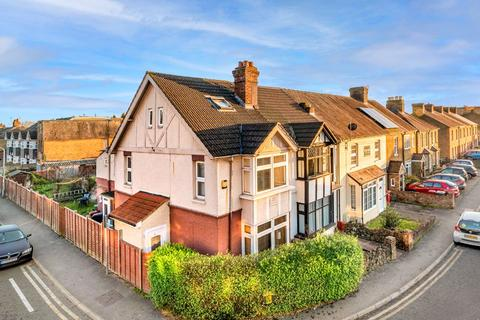 4 bedroom end of terrace house for sale - Meadfield Road, Slough