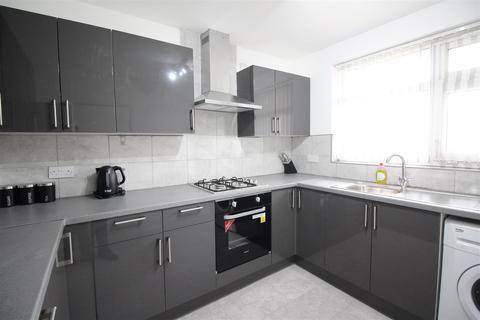 3 bedroom flat to rent - Gosset Street, London