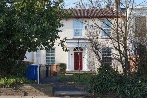 Studio to rent - Close to Town Centre
