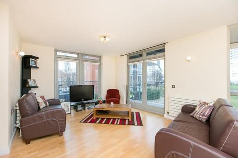 2 bedroom flat to rent - HUNTS CLOSE, W11
