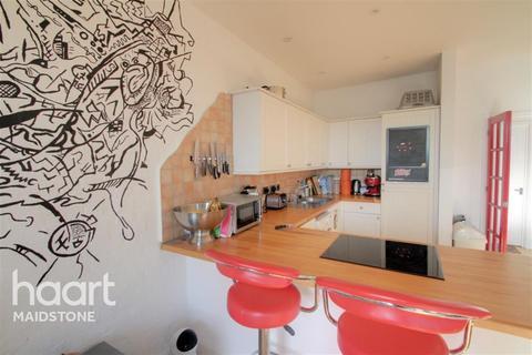 2 bedroom flat to rent - Bank Street, ME14