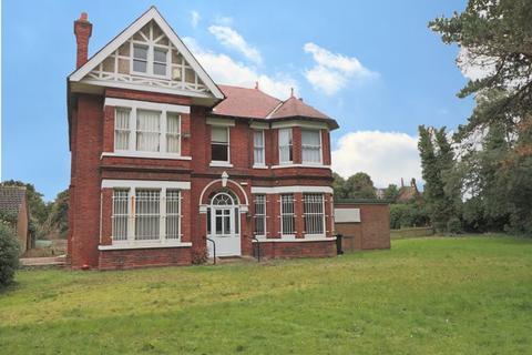 6 bedroom detached house for sale - London Road South, Lowestoft
