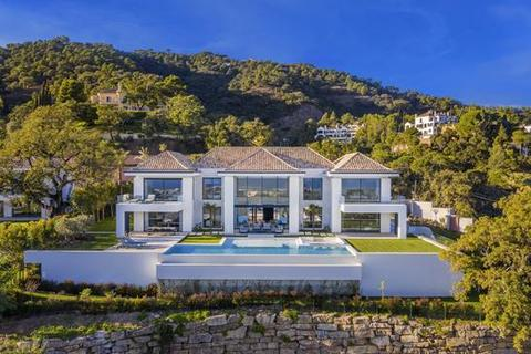 6 bedroom villa - El Madroñal, Benahavis, Malaga
