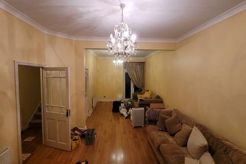 4 bedroom semi-detached house to rent - Albert Road, Ilford, essex, IG1 1HN IG1