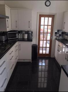 3 bedroom house share to rent - Spacious Double room to rent in The Avenue, Haringey N17. Female professionals only.