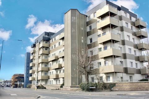 3 bedroom flat to rent - Buckingham Gardens, Slough, Berkshire
