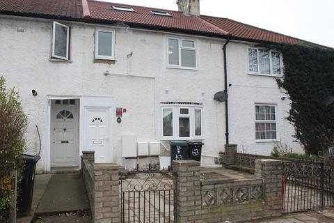 3 bedroom flat to rent - The Roundway, N17