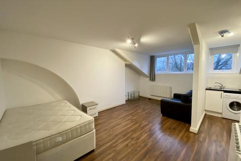 Studio to rent - Wood Road, Manchester, M16 8BL