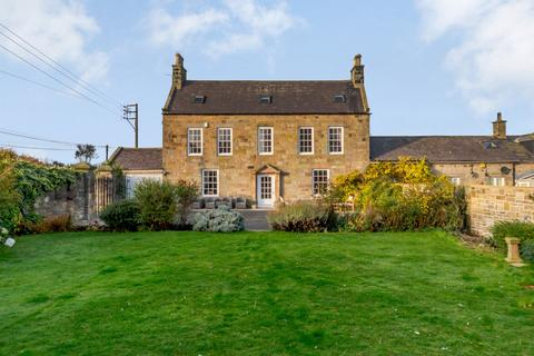 5 bedroom end of terrace house for sale - The Wynding, Bamburgh