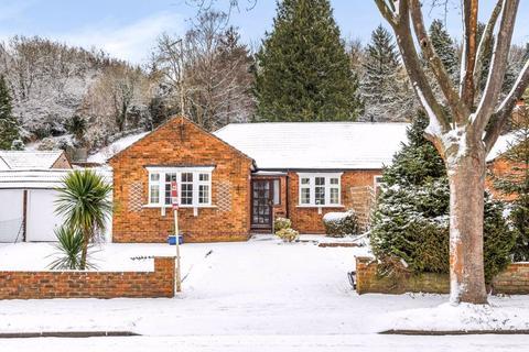 2 bedroom semi-detached bungalow for sale - Caterham Drive, Coulsdon