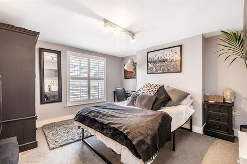 2 bedroom flat for sale - Knights Hill, London